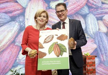 Presentation of the 10-point plan for sustainable cocoa: German Development Minister Gerd Mueller with German Agriculture Minister Julia Kloeckner at the International Green Week © Janine Schmitz, GIZ