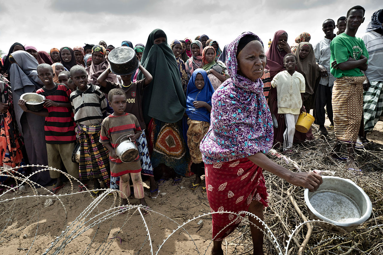 Drought disaster in Somalia: Refugees are waiting for rice rations to be distributed. Photo: Christoph Püschner/Spiegel