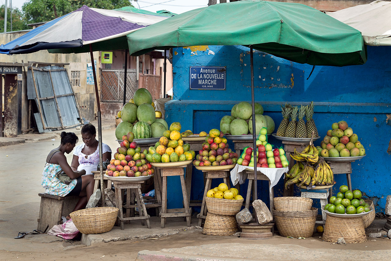 Republic of Togo: a vegetable and fruit stand near the city center of the Togolese capital Lome. Photo: Christoph Püschner / Bread for the World