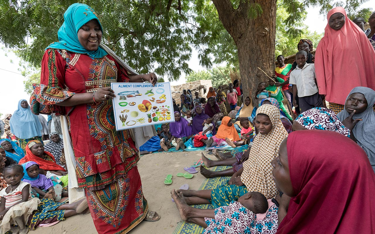 Republic of Niger: Nutrition talk for mothers in a village center. Photo: Christoph Püschner/Diakonie Katastrophenhilfe