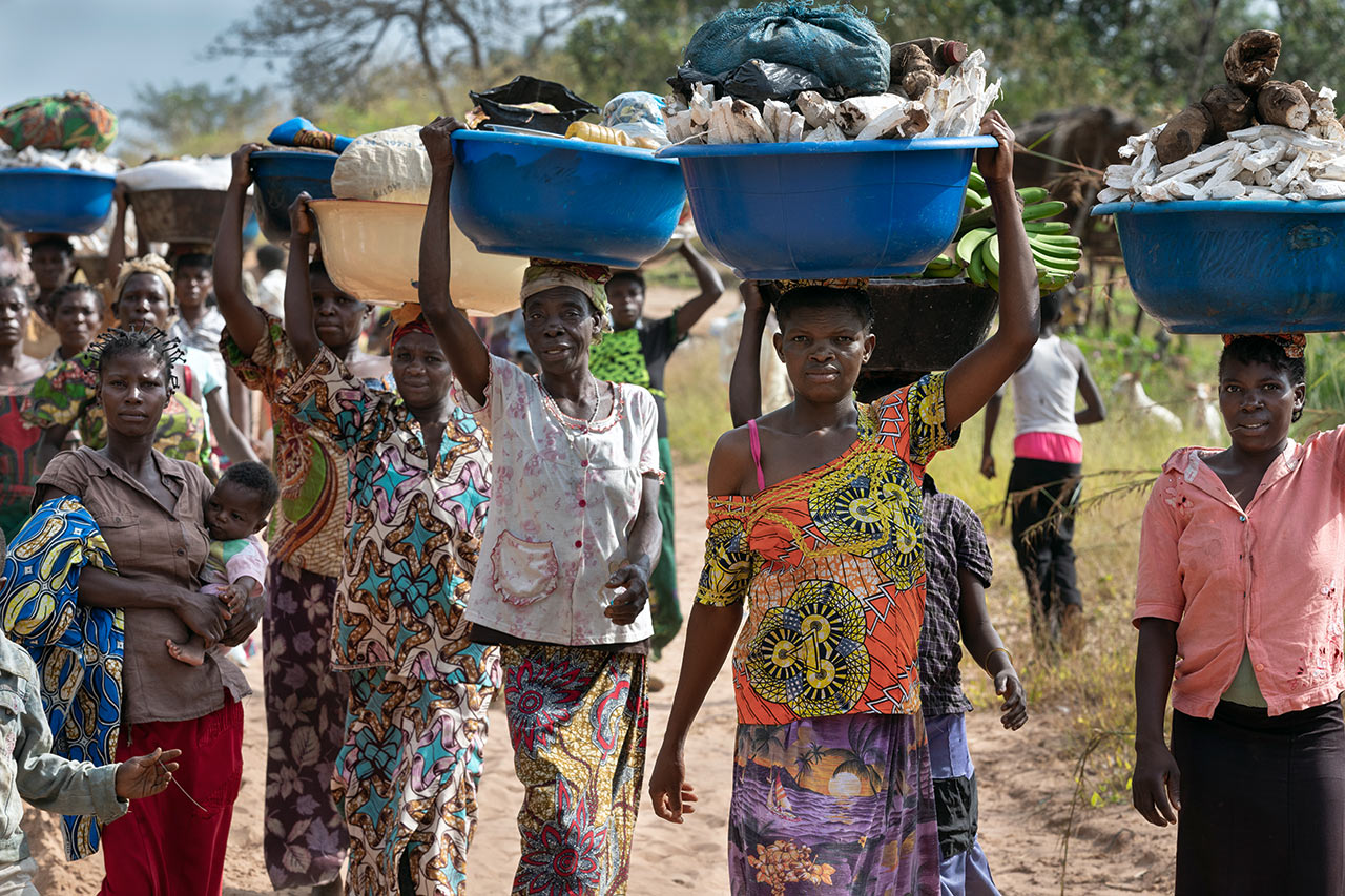 Democratic Republic of Congo: Women carry their crops in plastic trays to the market in the next larger village. Photo: Christoph Püschner / Diakonie Katastrophenhilfe