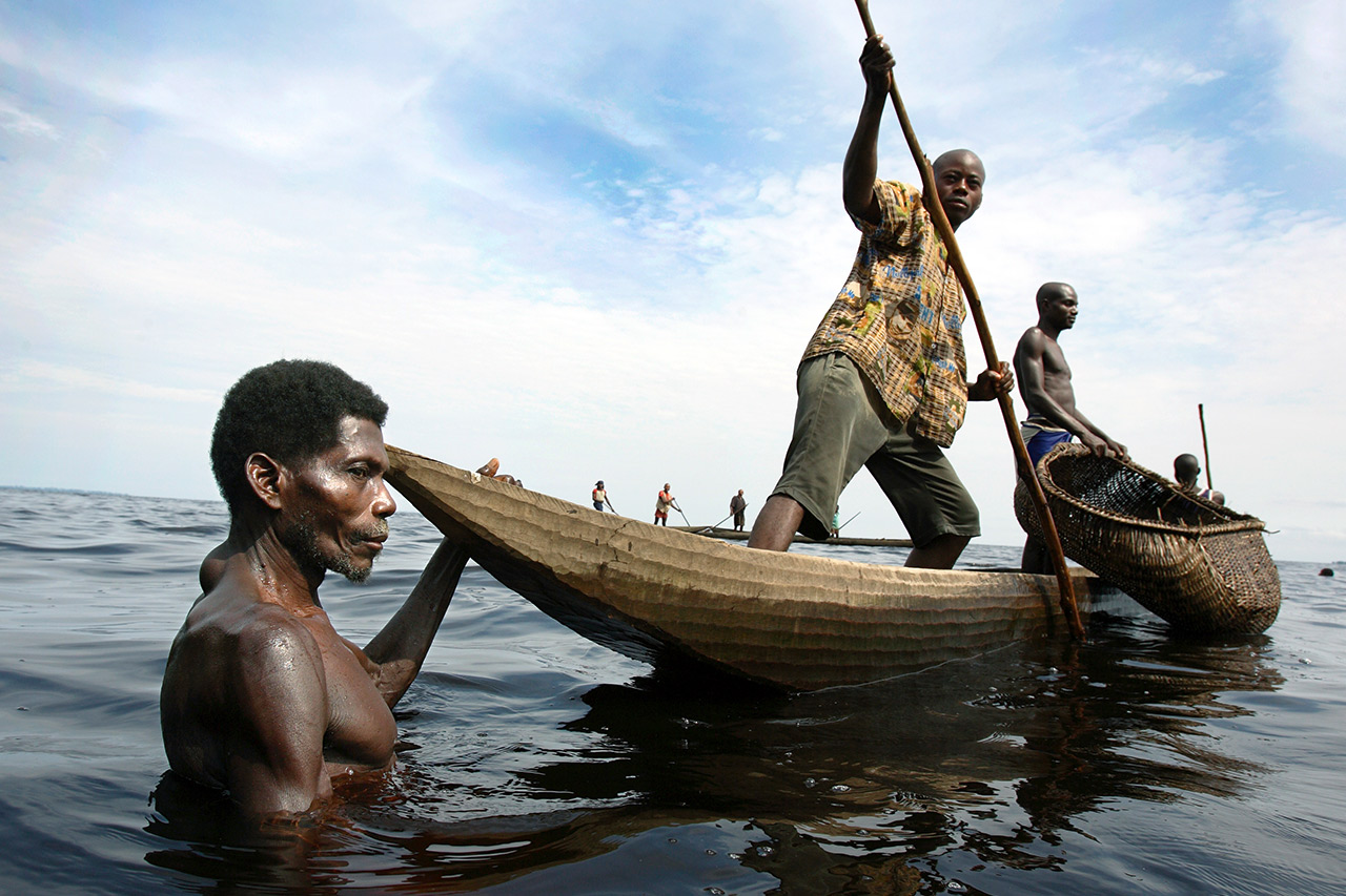 Fishermen from the Congolese jungle village of Ntondo pursue their trade. Photo: Christoph Püschner/Brot für die Welt